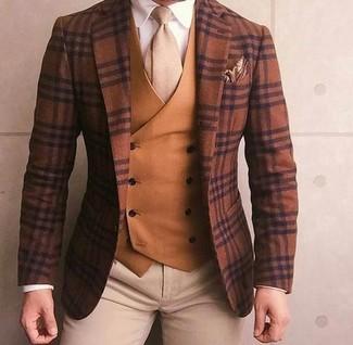 Как и с чем носить: коричневый шерстяной пиджак в шотландскую клетку, табачный жилет, белая классическая рубашка, бежевые брюки чинос