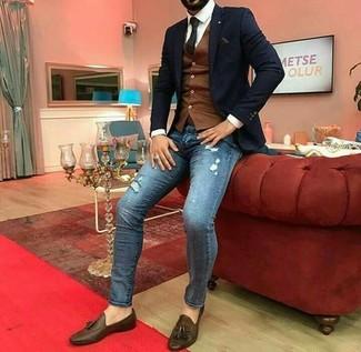 Как и с чем носить: черный пиджак, коричневый жилет, белая классическая рубашка, синие рваные зауженные джинсы