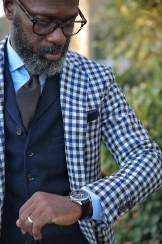 Как и с чем носить: темно-сине-белый шерстяной пиджак в мелкую клетку, темно-синий шерстяной жилет, голубая классическая рубашка, темно-коричневый галстук