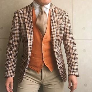 Как и с чем носить: оранжевый шерстяной пиджак в шотландскую клетку, оранжевый шерстяной жилет, белая классическая рубашка, бежевые классические брюки