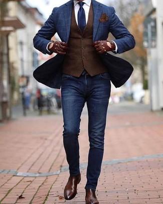 Темно-коричневый жилет: с чем носить и как сочетать: Если ты из той когорты джентльменов, которые любят одеваться модно, тебе полюбится сочетание темно-коричневого жилета и темно-синих зауженных джинсов. Любители экспериментировать могут завершить образ темно-коричневыми кожаными ботинками челси, тем самым добавив в него чуточку утонченности.