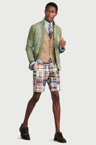 Как и с чем носить: мятный хлопковый пиджак, светло-коричневый жилет, голубая классическая рубашка в вертикальную полоску, разноцветные шорты