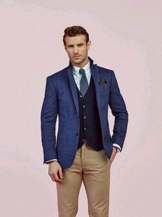 Как и с чем носить: синий шерстяной пиджак, темно-синий шерстяной жилет, белая классическая рубашка, светло-коричневые брюки чинос