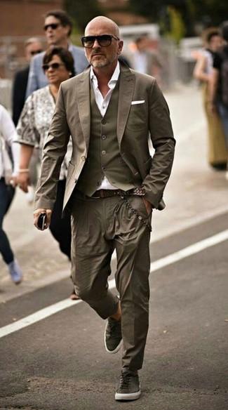 Как и с чем носить: оливковый пиджак, оливковый жилет, белая классическая рубашка, оливковые брюки чинос