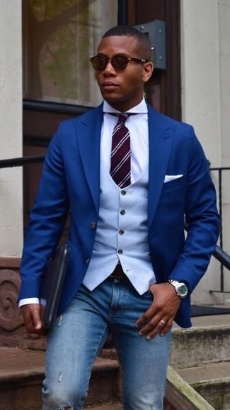 Голубой жилет: с чем носить и как сочетать: Если ты любишь одеваться с иголочки, чувствуя себя при этом комфортно и нескованно, тебе стоит опробировать это сочетание голубого жилета и синих рваных зауженных джинсов.