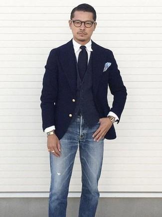 Как и с чем носить: темно-синий шерстяной пиджак, темно-серый шерстяной жилет, белая классическая рубашка, синие рваные джинсы