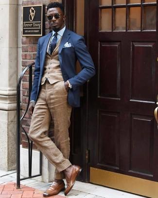 Как и с чем носить: темно-синий пиджак, светло-коричневый жилет, голубая классическая рубашка, светло-коричневые льняные классические брюки