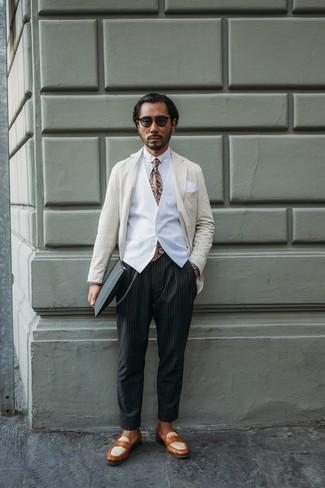 Как и с чем носить: бежевый пиджак в вертикальную полоску, белый жилет, белая классическая рубашка, черные брюки чинос в вертикальную полоску