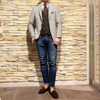 Модный лук: белый пиджак в вертикальную полоску, темно-коричневый жилет, белая классическая рубашка, темно-синие джинсы