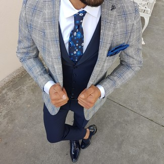 Как и с чем носить: серый пиджак в шотландскую клетку, темно-синий жилет, белая классическая рубашка, темно-синие классические брюки