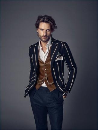 Темно-синий пиджак в вертикальную полоску: с чем носить и как сочетать мужчине: Несмотря на то, что это классический образ, дуэт темно-синего пиджака в вертикальную полоску и темно-синих шерстяных классических брюк всегда будет нравиться стильным мужчинам, покоряя при этом сердца женщин.