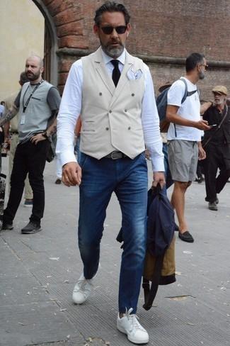 Классическая рубашка: с чем носить и как сочетать мужчине: Тандем классической рубашки и темно-синих джинсов поможет реализовать в твоем образе городской стиль современного парня. Дополни лук белыми кожаными низкими кедами, если не хочешь, чтобы он получился слишком отполированным.