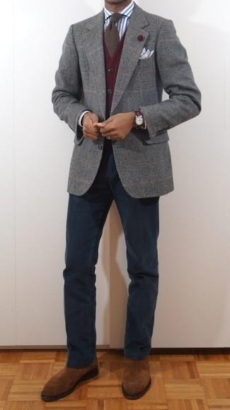 Серый шерстяной пиджак в шотландскую клетку: с чем носить и как сочетать мужчине: Серый шерстяной пиджак в шотландскую клетку в паре с темно-синими брюками чинос может стать великолепным ансамблем для офиса. Дополнив ансамбль табачными замшевыми ботинками челси, ты привнесешь в него немного привлекательного консерватизма.