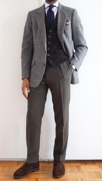 Серый шерстяной пиджак в шотландскую клетку: с чем носить и как сочетать мужчине: Несмотря на то, что это довольно-таки консервативный образ, дуэт серого шерстяного пиджака в шотландскую клетку и темно-серых классических брюк является постоянным выбором стильных мужчин, непременно покоряя при этом сердца женщин. Если ты не боишься сочетать в своих ансамблях разные стили, на ноги можно надеть коричневые замшевые оксфорды.