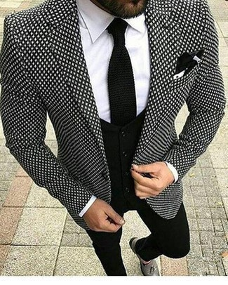 Черный вязаный галстук: с чем носить и как сочетать мужчине: Черно-белый пиджак с принтом и черный вязаный галстук — отличный выбор для выхода в свет. Великолепно здесь будут смотреться серые кожаные лоферы с кисточками.