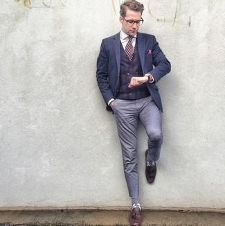 Ярко-розовый нагрудный платок: с чем носить и как сочетать: Такое лаконичное и комфортное сочетание вещей, как темно-синий пиджак и ярко-розовый нагрудный платок, понравится парням, которые любят проводить дни в постоянном движении. Разнообразить лук и добавить в него немного классики помогут темно-красные кожаные лоферы с кисточками.