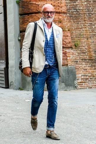 Темно-коричневые замшевые лоферы: с чем носить и как сочетать мужчине: Бежевый пиджак и синие рваные джинсы украсят твой гардероб. Думаешь привнести в этот наряд нотку классики? Тогда в качестве дополнения к этому образу, стоит обратить внимание на темно-коричневые замшевые лоферы.