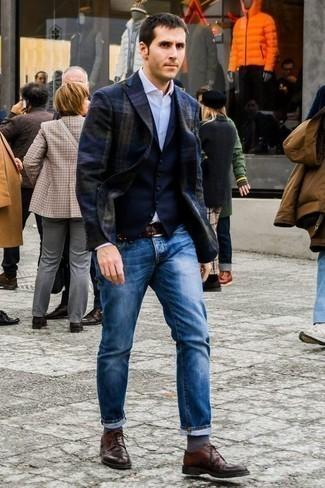 Темно-серые носки: с чем носить и как сочетать мужчине: Темно-синий пиджак в шотландскую клетку и темно-серые носки — прекрасное решение для парней, которые всегда в движении. Хотел бы сделать образ немного элегантнее? Тогда в качестве обуви к этому луку, стоит обратить внимание на темно-коричневые кожаные туфли дерби.