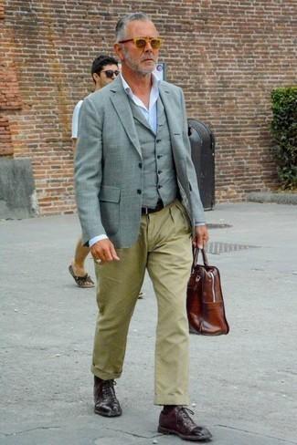 Серый жилет: с чем носить и как сочетать: Несмотря на то, что этот образ кажется довольно консервативным, сочетание серого жилета и оливковых брюк чинос всегда будет по душе джентльменам, неминуемо покоряя при этом сердца противоположного пола. Сделать образ элегантнее позволят темно-красные кожаные оксфорды.
