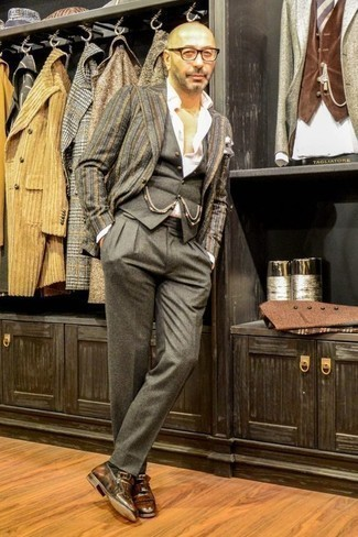 Серый жилет: с чем носить и как сочетать: Несмотря на то, что это классический образ, тандем серого жилета и серых классических брюк всегда будет по вкусу джентльменам, покоряя при этом дамские сердца. Чтобы ансамбль не получился слишком зализанным, можешь закончить его коричневыми кожаными лоферами c бахромой.