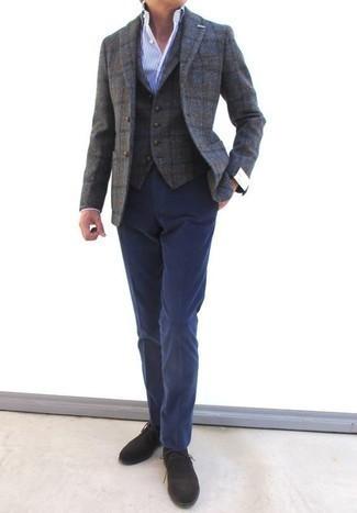 Серый шерстяной пиджак в клетку: с чем носить и как сочетать мужчине: Серый шерстяной пиджак в клетку в паре с темно-синими классическими брюками позволит создать модный и привлекательный лук. Этот ансамбль стильно дополнят темно-коричневые замшевые ботинки дезерты.