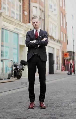 Темно-красный галстук: с чем носить и как сочетать мужчине: Несмотря на то, что это весьма выдержанный ансамбль, тандем темно-серого пиджака и темно-красного галстука всегда будет нравиться джентльменам, покоряя при этом сердца представительниц прекрасного пола. Такой ансамбль легко адаптировать к повседневным условиям городской жизни, если надеть в паре с ним темно-красные кожаные туфли дерби.