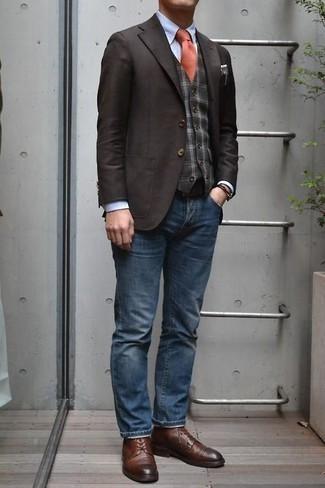 Темно-коричневый пиджак: с чем носить и как сочетать мужчине: Тандем темно-коричневого пиджака и синих джинсов подходит и для рабочего дня в офисе, и для веселого вечера с друзьями. Хотел бы добавить сюда нотку строгости? Тогда в качестве дополнения к этому луку, обрати внимание на коричневые кожаные туфли дерби.