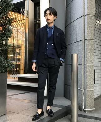 Черные брюки чинос: с чем носить и как сочетать: Темно-синий пиджак и черные брюки чинос отлично впишутся в любой мужской образ — непринужденный повседневный образ или же строгий вечерний. Теперь почему бы не добавить в повседневный лук чуточку стильной строгости с помощью черных кожаных лоферов с кисточками?