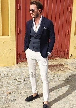 Темно-синие замшевые лоферы с кисточками: с чем носить и как сочетать: Темно-синий пиджак в сочетании с белыми брюками чинос — олицетворение привлекательного офисного стиля для парней. Закончив образ темно-синими замшевыми лоферами с кисточками, можно привнести в него нотки строгой классики.
