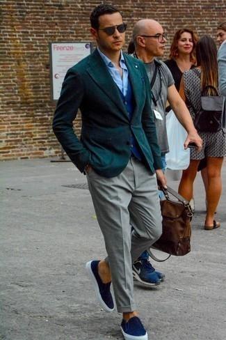 Коричневый кожаный портфель: с чем носить и как сочетать: Сочетание темно-зеленого пиджака и коричневого кожаного портфеля - очень практично, и поэтому отлично подойдет для создания беззаботного повседневного  образа. Любишь экспериментировать? Закончи лук темно-синими слипонами из плотной ткани.