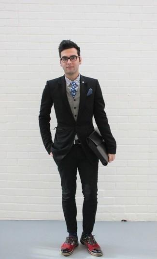 Темно-сине-белые носки в горошек: с чем носить и как сочетать мужчине: Если ты делаешь ставку на комфорт и функциональность, черный пиджак и темно-сине-белые носки в горошек — замечательный выбор для расслабленного мужского образа на каждый день. Теперь почему бы не привнести в повседневный лук толику изысканности с помощью разноцветных кожаных оксфордов?