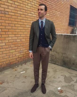 С чем носить темно-коричневые замшевые оксфорды: Комбо из темно-серого пиджака и коричневых классических брюк — олицетворение делового городского стиля. Темно-коричневые замшевые оксфорды прекрасно дополнят этот лук.