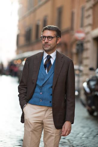 Как одеваться мужчине за 40: Несмотря на то, что это довольно консервативный образ, лук из темно-коричневого пиджака и светло-коричневых классических брюк неизменно нравится джентльменам, а также покоряет сердца прекрасных дам.