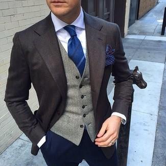 Темно-коричневый пиджак и темно-синие брюки чинос позволят создать нескучный образ для работы в офисе.