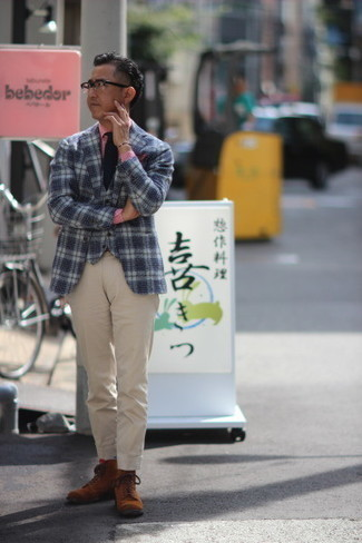С чем носить бело-коричневый пиджак в шотландскую клетку мужчине: Бело-коричневый пиджак в шотландскую клетку и бежевые классические брюки — хороший вариант для мероприятия в фешенебельном заведении. Чтобы лук не получился слишком вычурным, можно надеть коричневые замшевые повседневные ботинки.