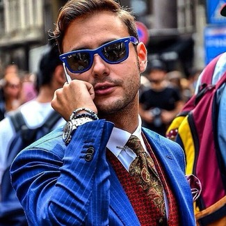 """Как и с чем носить: синий пиджак в вертикальную полоску, красный жилет с принтом, белая классическая рубашка, оливковый галстук с """"огурцами"""""""