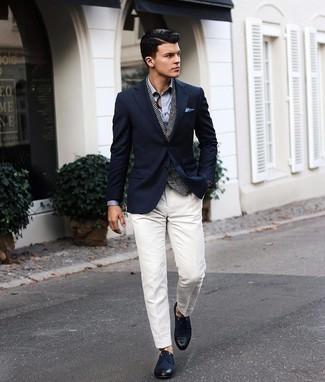 С чем носить темно-коричневые кожаные часы мужчине: Если в одежде ты ценишь удобство и практичность, темно-синий пиджак и темно-коричневые кожаные часы — превосходный вариант для привлекательного повседневного мужского образа. Хотел бы добавить в этот ансамбль толику эффектности? Тогда в качестве дополнения к этому луку, стоит выбрать темно-синие туфли дерби из плотной ткани.