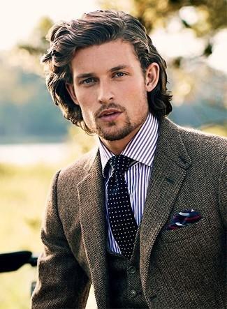 """Дуэт коричневого шерстяного пиджака с узором """"в ёлочку"""" и темно-сине-белого галстука в горошек смотрится очень модно, согласен?"""