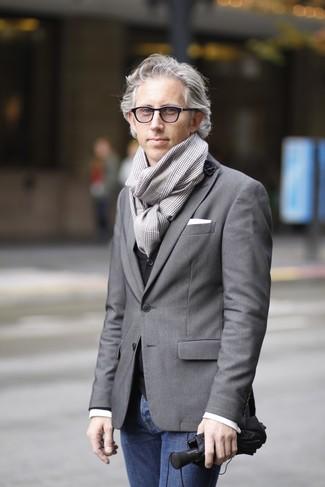 Как и с чем носить: серый пиджак, черный жилет, белая рубашка с длинным рукавом, темно-синие джинсы