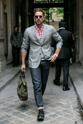 Как и с чем носить: серый пиджак, серый жилет, красная рубашка с длинным рукавом в мелкую клетку, темно-синие джинсы