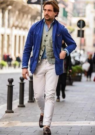 Как и с чем носить: синий хлопковый пиджак, оливковый хлопковый жилет, голубая рубашка с длинным рукавом из шамбре, белые брюки чинос