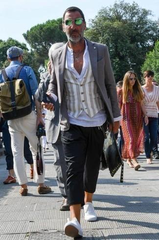 Модные мужские луки 2020 фото осень 2020: Если не представляешь, в чем пойти на учебу или на работу, серый пиджак и черные брюки чинос — великолепный вариант. Любишь смелые сочетания? Можешь завершить свой лук белыми низкими кедами из плотной ткани. Само собой разумеется, такое сочетание будет превосходным выбором в погожий осенний денек.