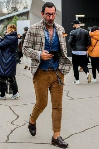 Голубая рубашка с длинным рукавом с принтом: с чем носить и как сочетать мужчине: Голубая рубашка с длинным рукавом с принтом и табачные вельветовые брюки чинос надежно обосновались в гардеробе современных парней, помогая составлять яркие и стильные ансамбли. Теперь почему бы не привнести в этот ансамбль на каждый день толику изысканности с помощью темно-коричневых кожаных лоферов c бахромой?