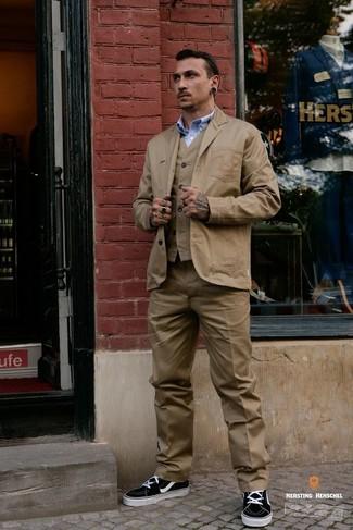 Как и с чем носить: светло-коричневый хлопковый пиджак, светло-коричневый жилет, голубая рубашка с длинным рукавом, светло-коричневые классические брюки