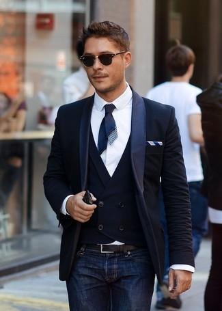 Комбо из темно-синего пиджака и темно-синих джинсов поможет создать стильный и мужественный образ.