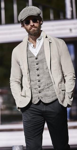 Как и с чем носить: серый хлопковый пиджак, серый хлопковый жилет, белая футболка на пуговицах, черные зауженные джинсы