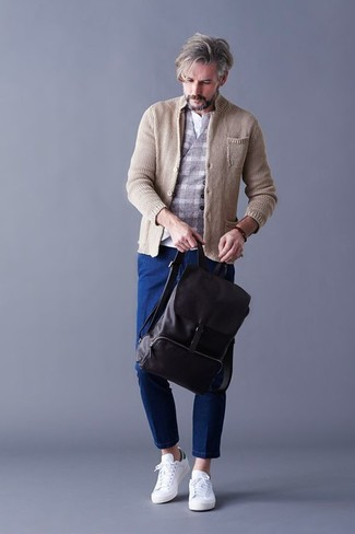 Как и с чем носить: бежевый вязаный пиджак, серый шерстяной жилет в клетку, белая футболка на пуговицах, синие джинсы