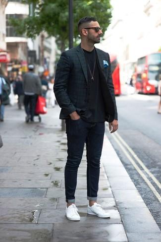 Как и с чем носить: темно-сине-зеленый пиджак в шотландскую клетку, черный жилет, черная футболка с круглым вырезом, темно-синие зауженные джинсы