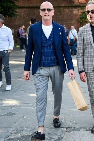 Темно-синий пиджак: с чем носить и как сочетать мужчине: Несмотря на то, что этот лук выглядит довольно консервативно, дуэт темно-синего пиджака и серых классических брюк неизменно нравится стильным молодым людям, неминуемо покоряя при этом сердца прекрасных дам. Вкупе с этим ансамблем органично будут смотреться черные кожаные лоферы с кисточками.