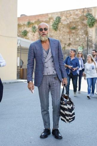 Как и с чем носить: синий шерстяной пиджак в клетку, серый жилет в шотландскую клетку, темно-синяя футболка с v-образным вырезом в шотландскую клетку, серые шерстяные классические брюки в вертикальную полоску